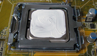Намазали термопасту на процессор