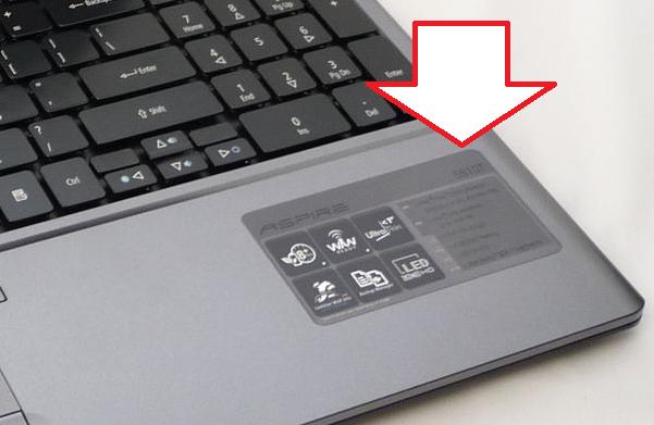 Наклейка с названием модели ноутбука на корпусе