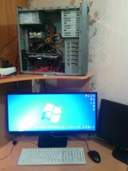 Системный блок на столе, монитор и устройства ввода