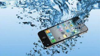 Телефон упал в воду - что делать и как спасти